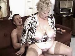 Guy fucks granny w big tits on sofa
